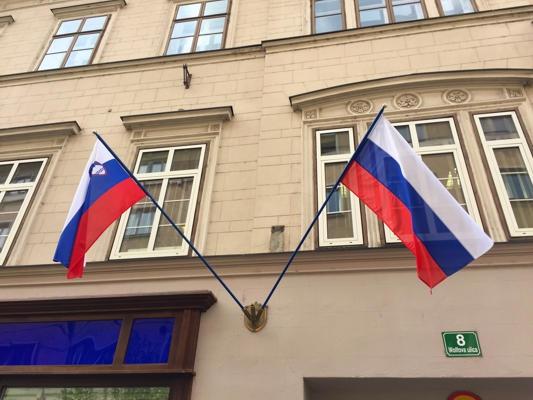 Zastava Republike Slovenije in slovenska narodna zastava na Wolfovi ulici 8 v Ljubljani.